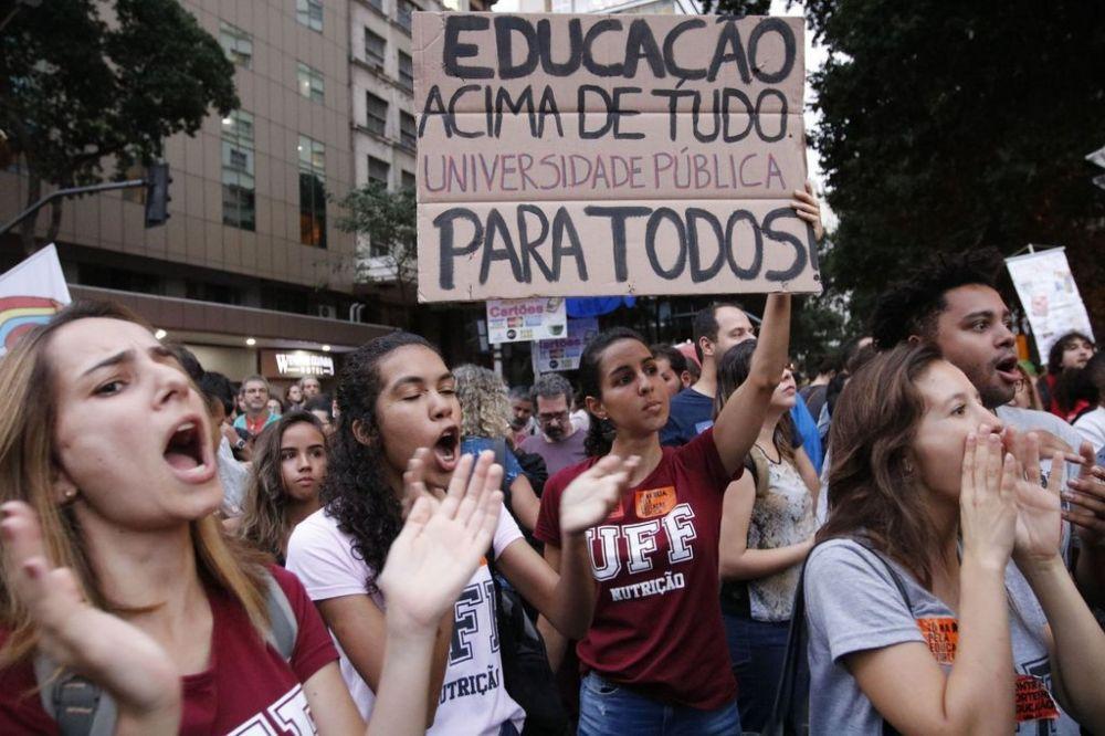 Protesto contra cortes na educação no Brasil