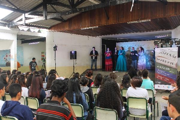 Escola de Cotia recebe peça adaptada de obra de Machado de Assis