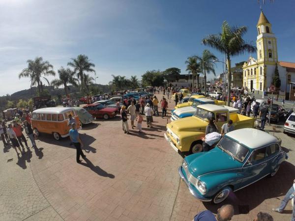 Praça da Matriz recebeu Encontro de Carros Antigos no domingo