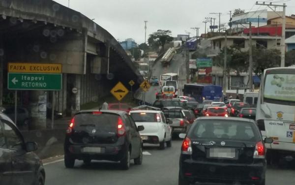 Mais uma carreta infringe lei e atrapalha trânsito em Cotia