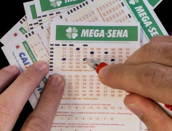 Mega-Sena acumula e pode pagar mais de R$ 100 milhões no sábado