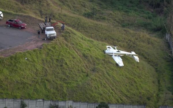 Avião pilotado por Nascimento tomba ao pousar em Cotia