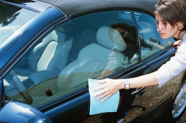 Economize cuidando da pintura do carro em casa