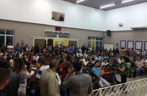 População protesta e impede sessão da Câmara em Embu das Artes