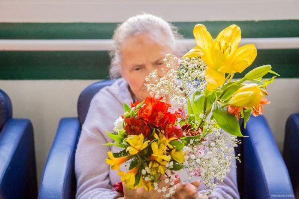 Moradoras do Recanto da Vovó recebem arranjos do Projeto Pétalas do Amor