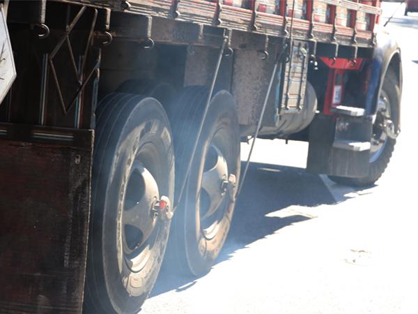 Operação Fumaça Preta fiscaliza 35 mil veículos e multa 605 no Estado