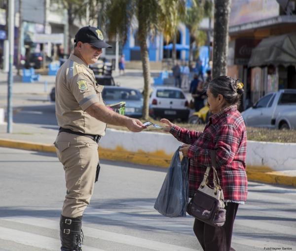 Cotia realiza ação de segurança no Dia Internacional do Pedestre