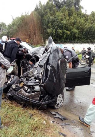 Acidente grave entre carro e ônibus fecha Estrada de Caucaia