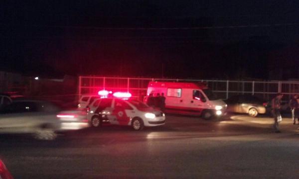 Pedestre fica ferida em acidente com viatura da PM