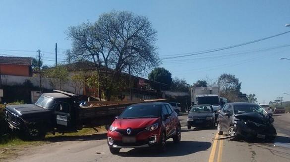 Motorista passa mal, invade contramão e bate em caminhão na estrada de Caucaia
