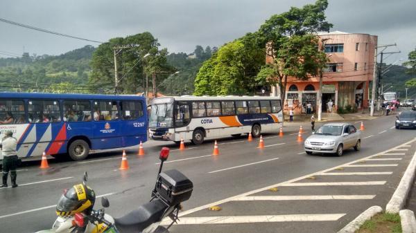 População faz abaixo-assinado para construção de mais pontos de ônibus em Cotia