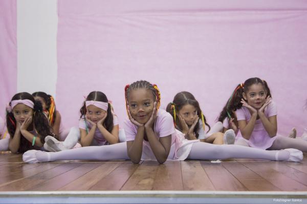 Alunas do Centro Cultural participam do 1º Espetáculo de Balé