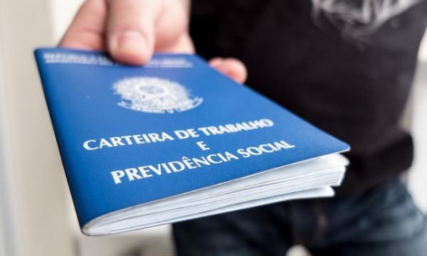 IBGE: País perde 1,003 milhão de vagas com carteira assinada no período de um ano