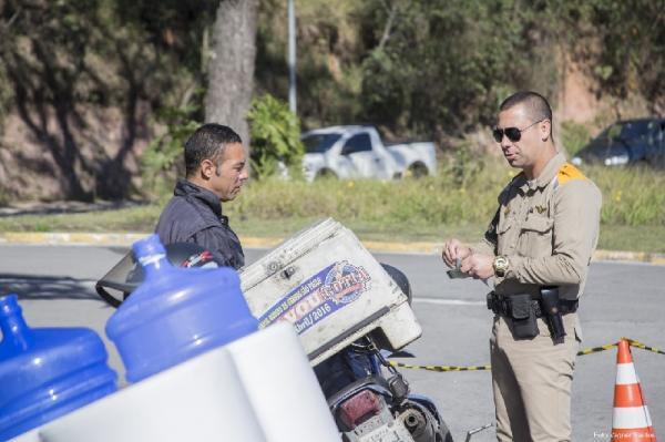 Blitzes educativas abordam mais de 150 motociclistas em Cotia