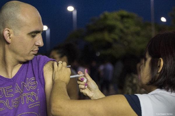 Quase 600 pessoas são vacinadas contra a Febre Amarela na feira noturna de Cotia