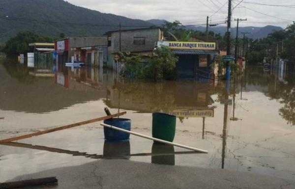 Vias de Ubatuba interditadas depois de forte chuvas nesta sexta-feira. Foto: Divulgação