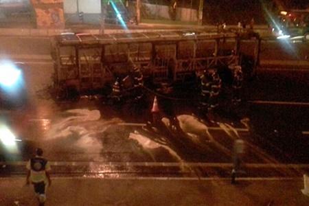 Criminosos incendeiam ônibus na Raposo Tavares