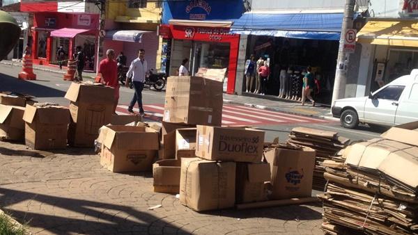 Praça da Matriz de Cotia vira depósito de lixo