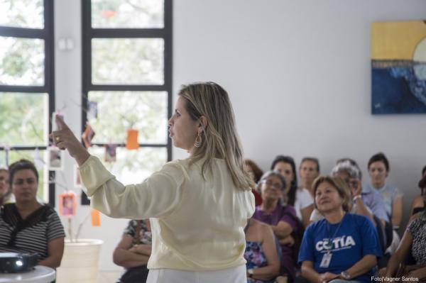 Mulheres de Cotia acompanham palestras sobre saúde e comportamento