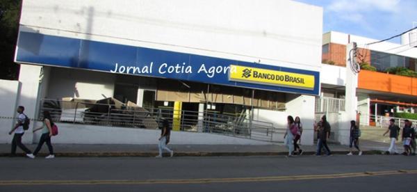 Bandidos explodem agência bancária no centro de Cotia