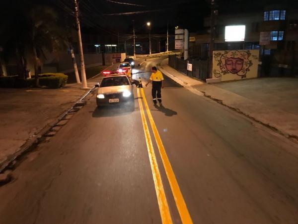 Equipe de sinalização viária passa pela avenida São Camilo