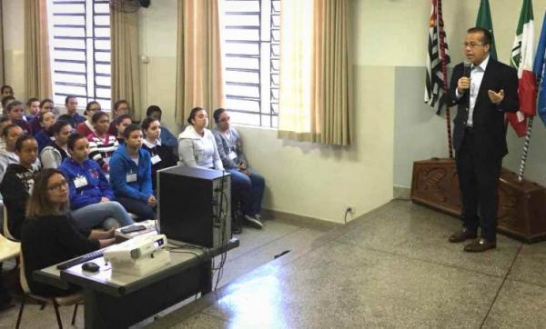 Marcio Camargo trata sobre o Poder Legislativo em palestra na Juco