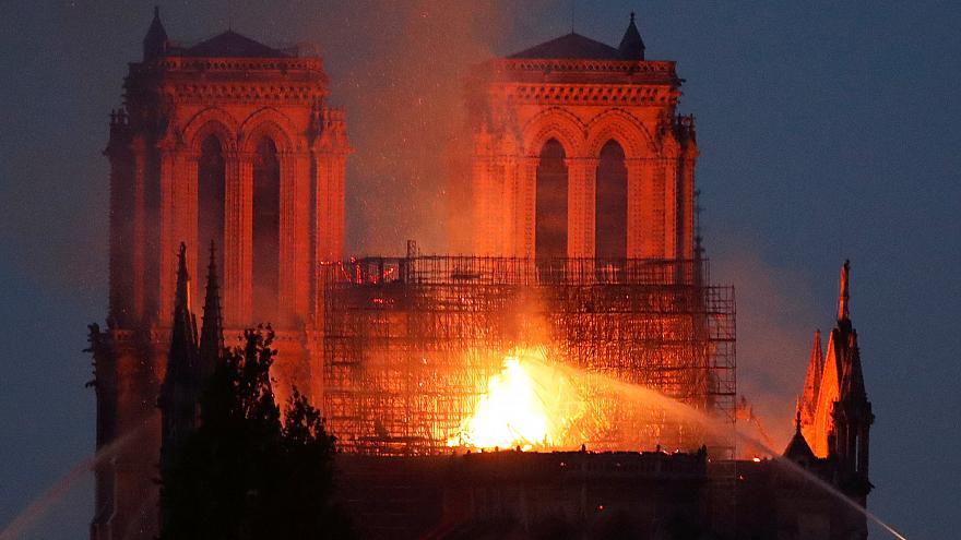 Incêndio destrói Notre-Dame