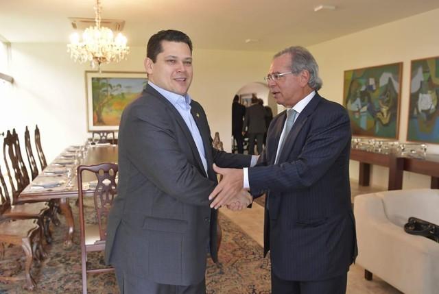 O presidente do Senado, Davi Alcolumbre, cumprimenta o ministro da Economia, Paulo Guedes.