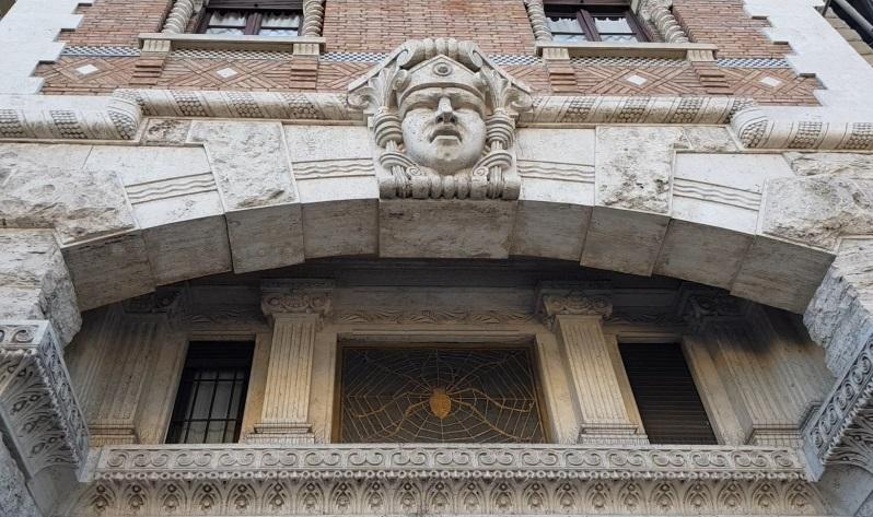 O Quarteirão Coppedè é composto por 26 edifícios e 17 palacetes.