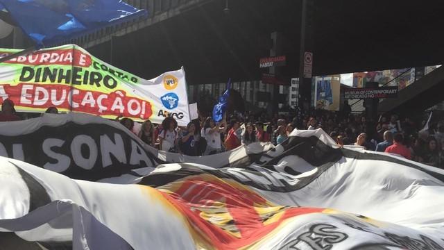 Manifestantes protestam na Paulista contra bloqueio de recursos para a educação anunciado pelo MEC