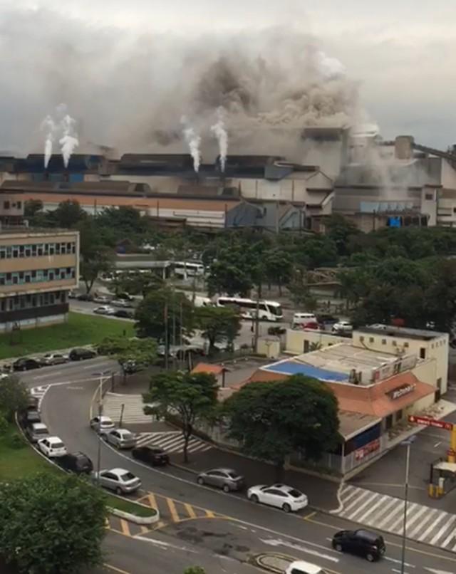 Nuvem de fumaça saindo da CSN na manhã desta quarta-feira — Foto: Arquivo pessoal/G1