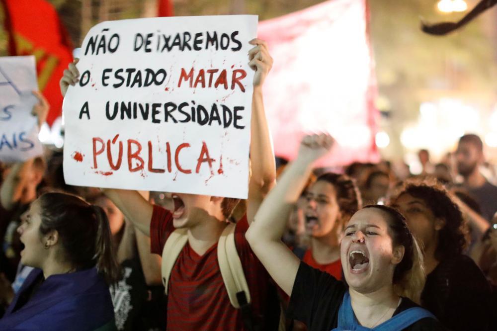 Estudantes fazem protestos pelo Brasil contra cortes na educação