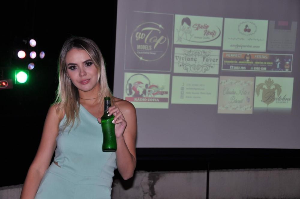 A modelo Sarah Alice comemora seu aniversário