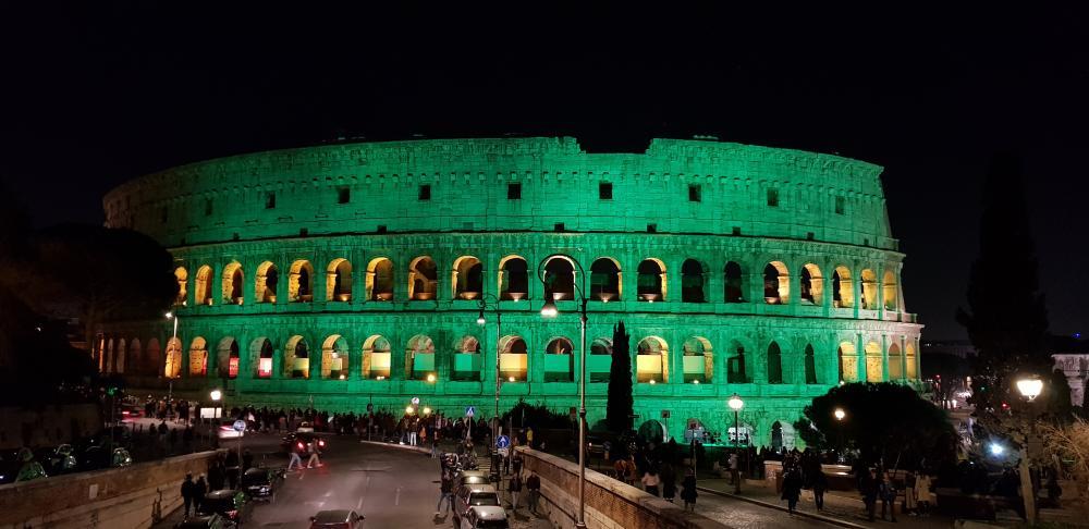 Pela primeira vez na história, ele foi iluminado de verde no dia de São Patrício, 17 de março.