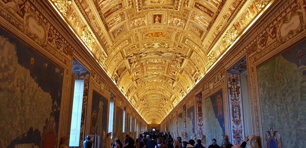 Galeria das Tapeçarias dentro do Museu do Vaticano.