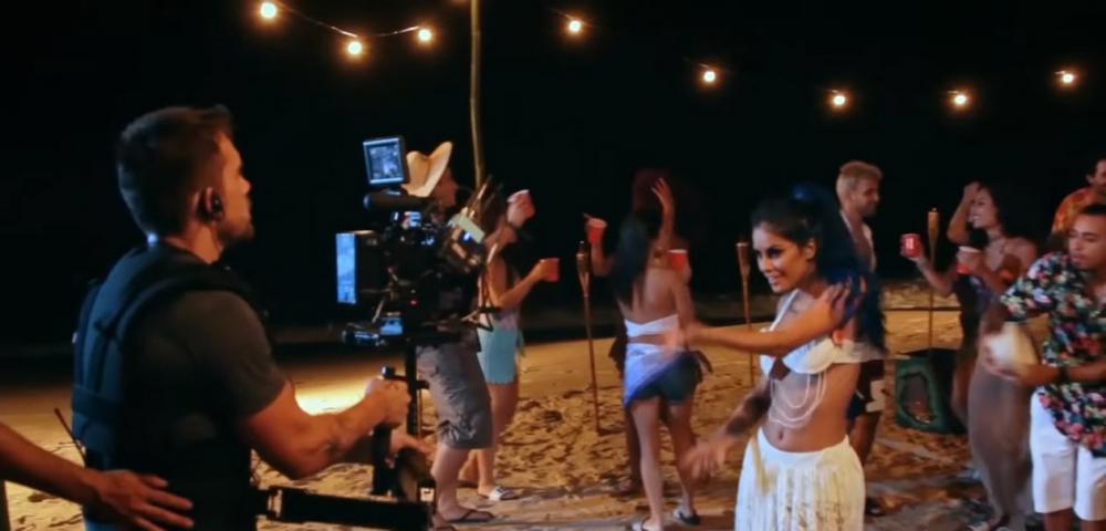 Tati Zaqui na gravação do clipe de 'Esta noche', em imagem do novo Portal Kondzilla, que terá bastidores e outros conteúdos — Foto: Divulgação