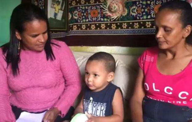 Erik com a avó Maria e com a vizinha Alessandra;