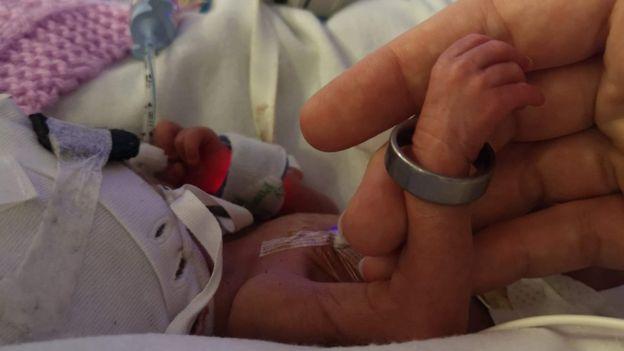 vy era tão pequena que o anel do pai encaixava no pulso dela