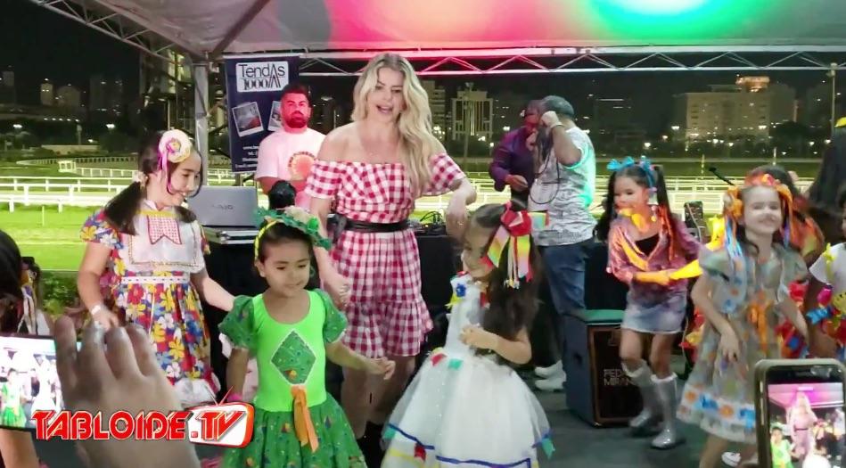 Karina Bacchi se diverte com as crianças de paraisópolis