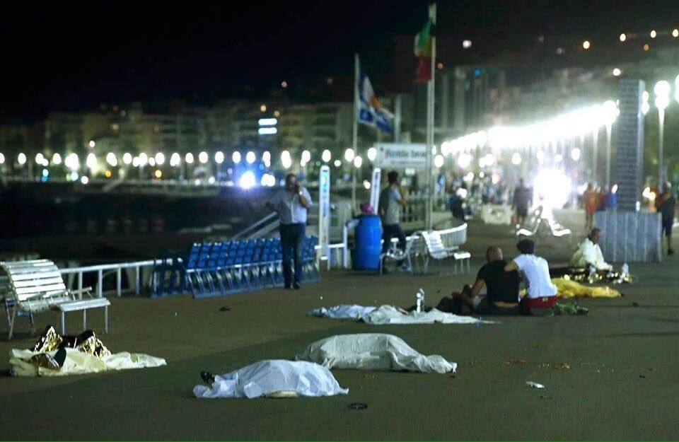 Caminhão avança sobre multidão, mata 70 e fere 100 pessoas em Nice