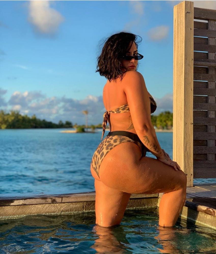 Demi Lovato mostra celulite e admite que editava fotos do corpo