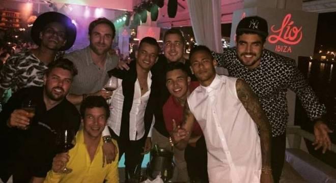 Jornal diz que Neymar paga cerca de R$ 50 mil de salário para 'parças'