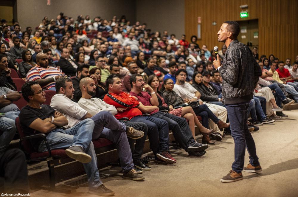 Público lota auditório do Colégio Rio Branco para acompanhar palestra com Rick Chesther