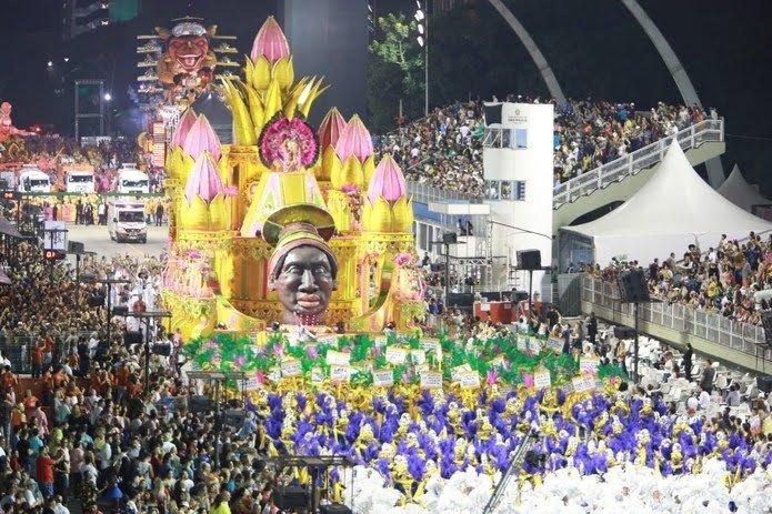 Com dificuldade, Barroca Zona Sul finaliza desfile em São Paulo