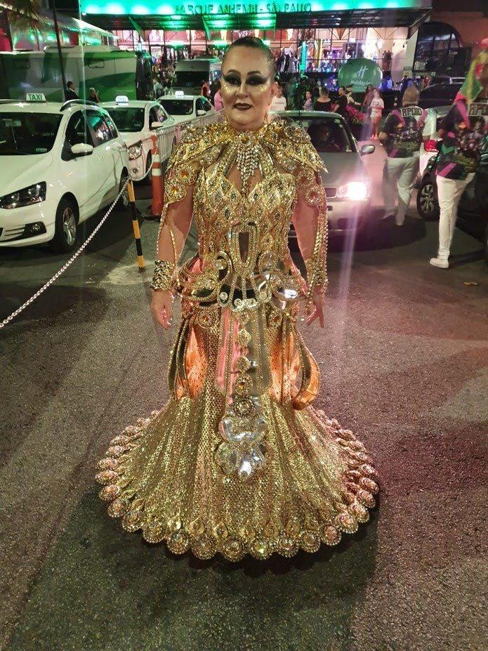 Destaque da Mancha Verde usa fantasia banhada a ouro que custou R$ 12 mil