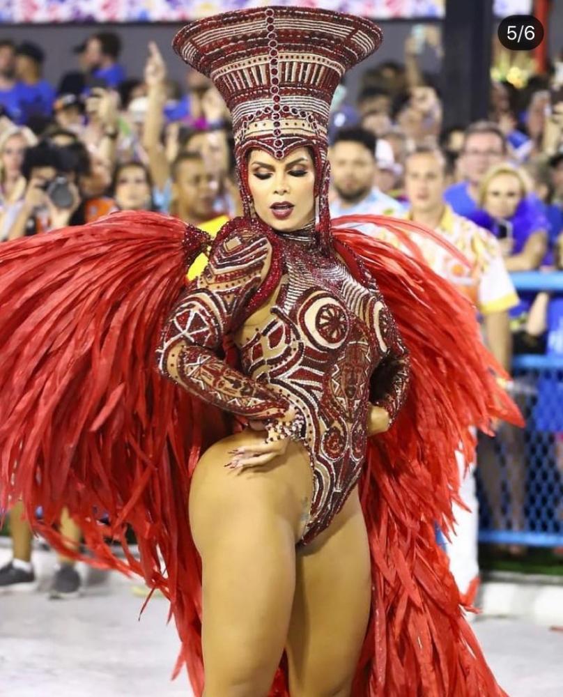 Rainha de Bateria da Viradouro RAISSA MACHADO comemora vitória no Rio de Janeiro