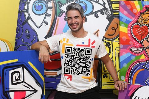 Diego Moura apresenta exposição 'Um dedo de arte: o mundo pop, surreal e digital', em Niterói