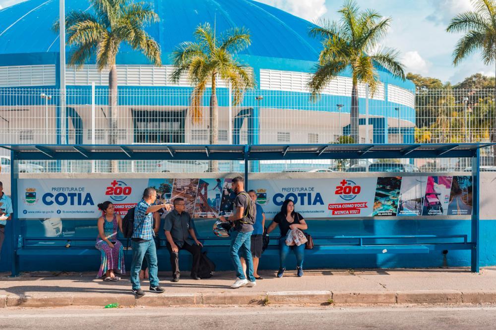 Prefeitura de Cotia iniciou a instalação de centenas de novos abrigos de ônibus