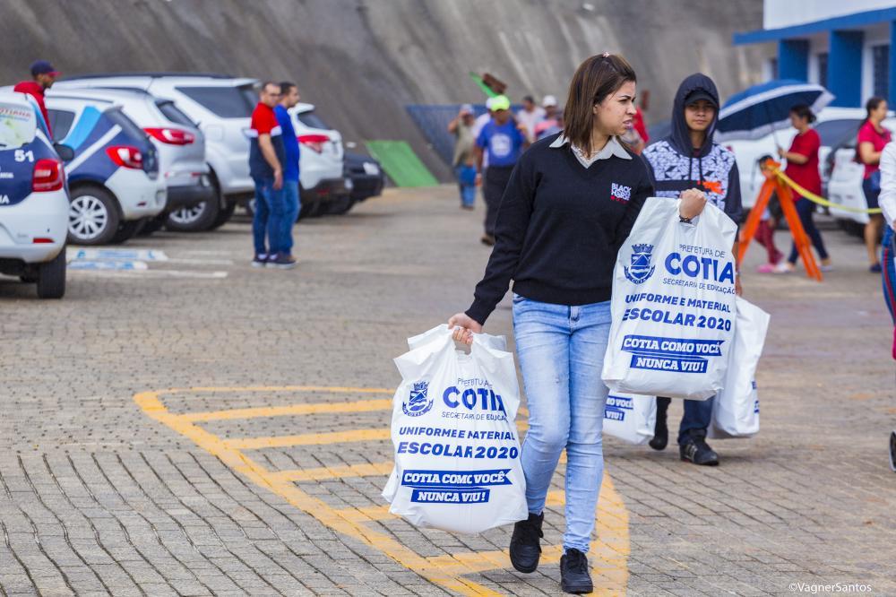 Prefeitura de Cotia iniciou a entrega de material e uniforme escolar