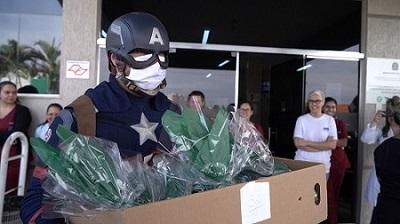 Super-heróis homenageiam profissionais da saúde e coletores de lixo no interior de São Paulo